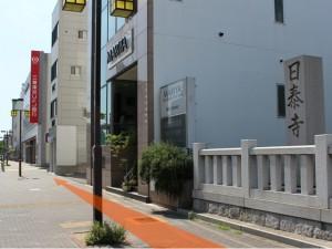 日泰寺参道入口表示前の歩道の写真