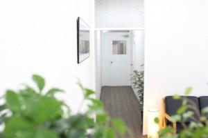 覚王山マイホーム店内からドアをのぞむ写真