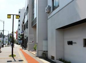 弘法屋ビル横の歩道の写真